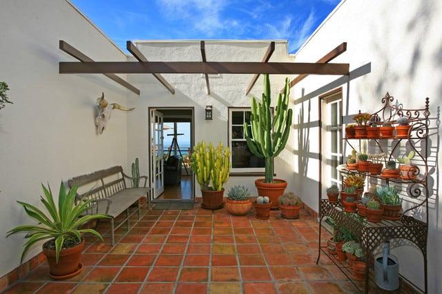 Terrazzo in stile mediterraneo con piante grasse