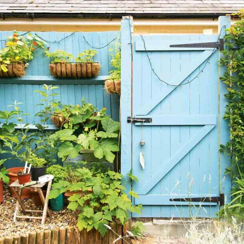 porta da esterni dipinta di azzurro