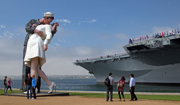 Unconditional Surrender Skulptur San Diego