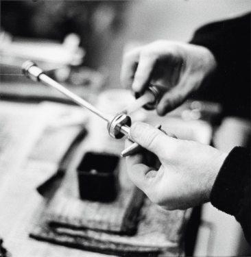 Ho scelto dettagli di mani che lavorano: le mani che curano i dettagli di ogni prodotto Guidi.