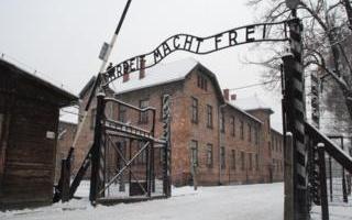 GIORNO DELLA MEMORIA. CRIMINI NAZISTI, MERKEL: LA NOSTRA COLPA E' PERMANENTE