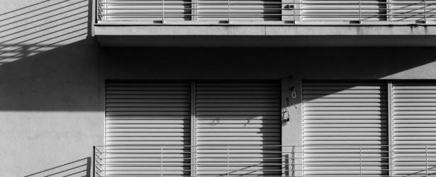 Malcesine d'inverno: portefinestre chiuse e ombre lunghe (BN)