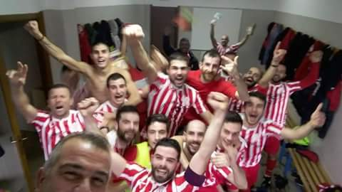 SELFIE GUILCERSPORT. I giocatori del Borore festeggiano la vittoria con l'Oristanese e la conquista del primato solitario nel girone C della Prima Categoria.