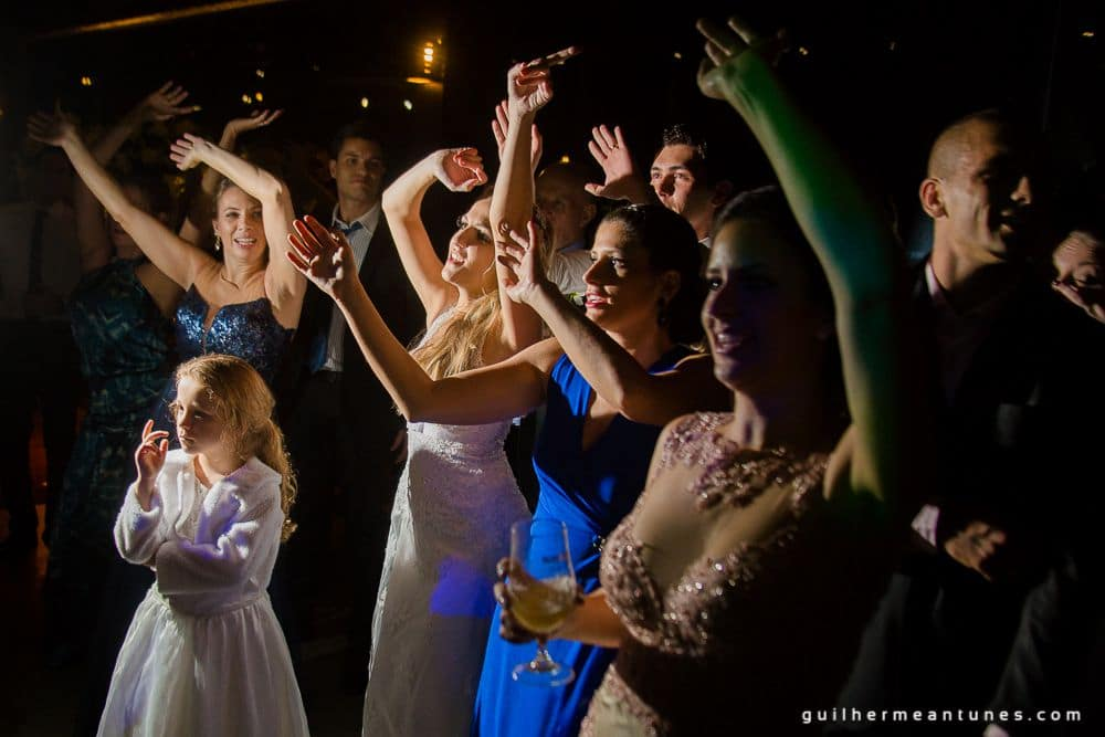 Fotografia de Casamento Luana e Alysson mulheres na pista de dança de lado