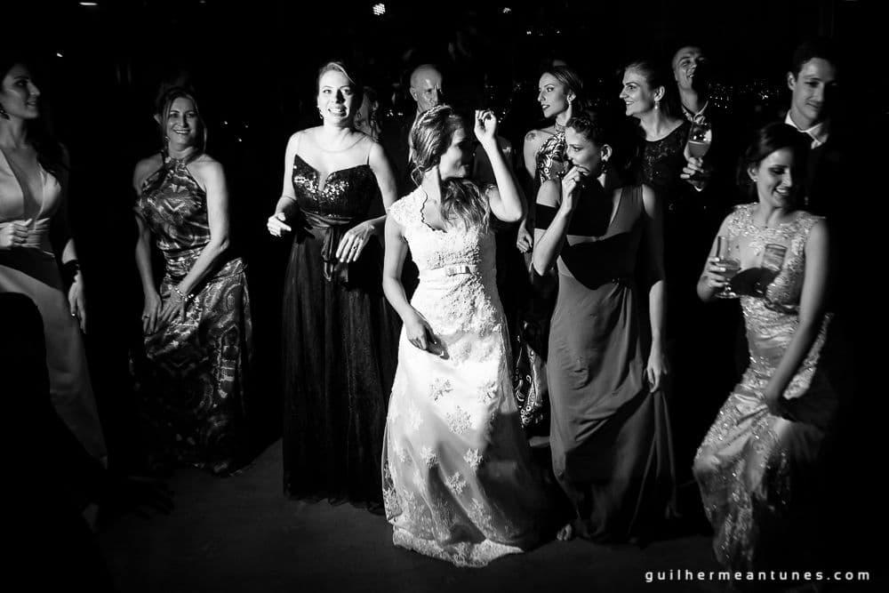 Fotografia de Casamento Luana e Alysson mulheres na pista de dança em preto e branco