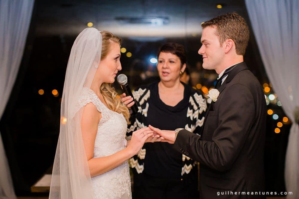 Fotografia de Casamento Luana e Alysson noiva colocando aliança