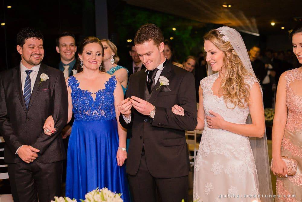 Fotografia de Casamento Luana e Alysson noivo olhando aliança