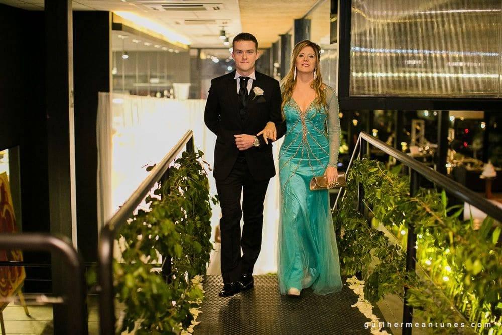 Fotografia de Casamento Luana e Alysson noivo e mãe entrando no restaurante indaiá