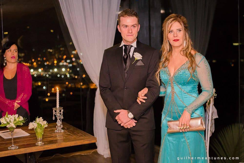 Fotografia de Casamento Luana e Alysson noivo e mãe na recepção