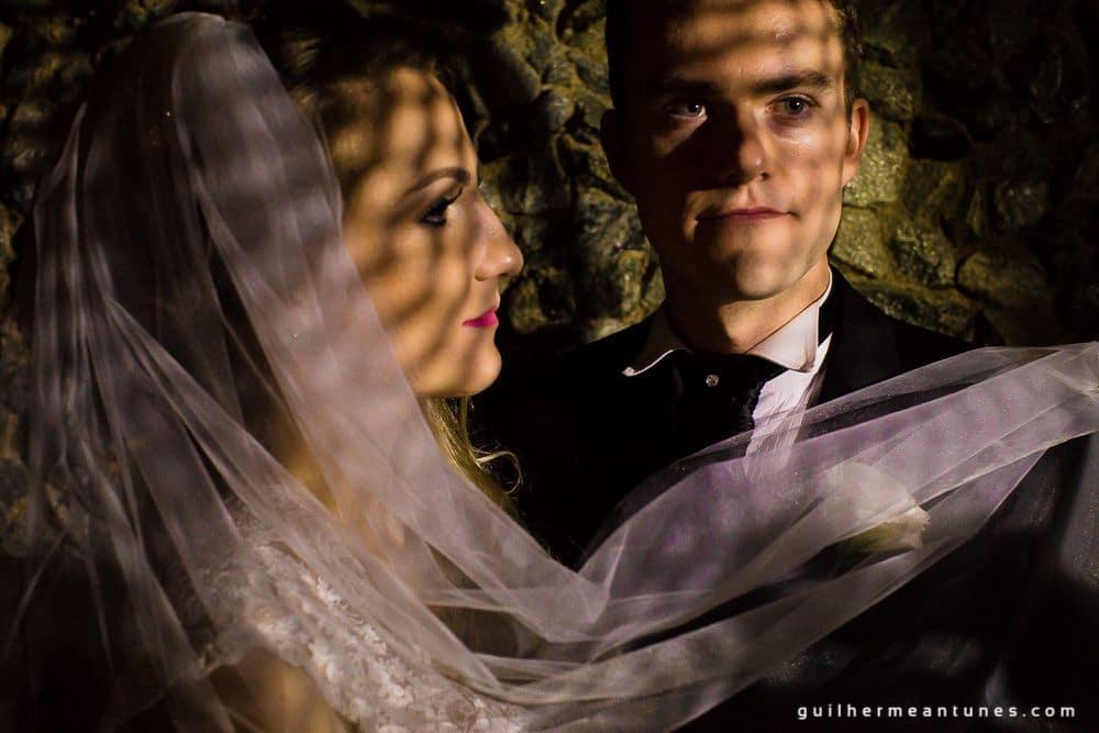 Fotografia de Casamento Luana e Alysson noivo segurando véu de noiva