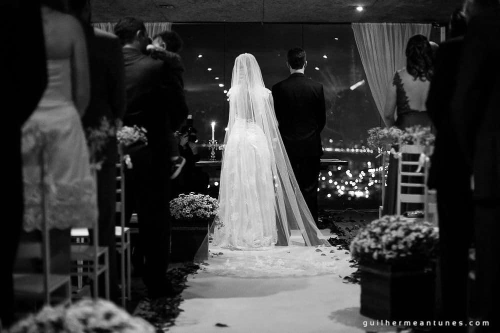 Fotografia de Casamento Luana e Alysson noivos no altar de costas