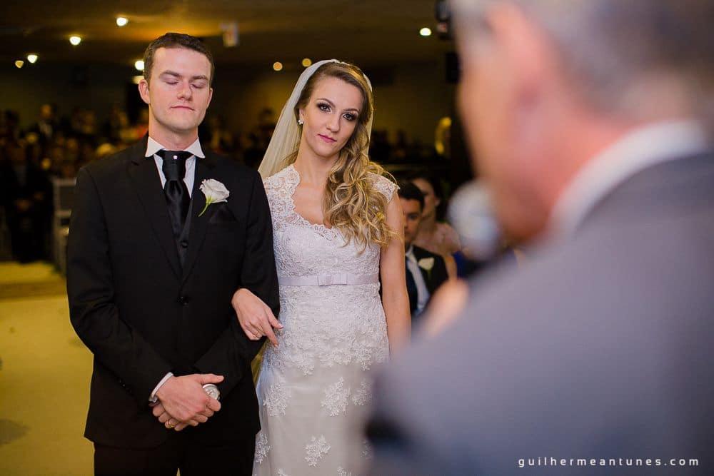Fotografia de Casamento Luana e Alysson noivos no altar de frente