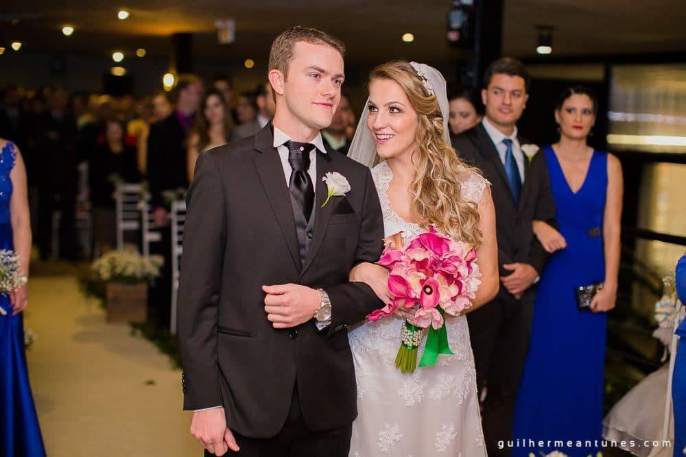 Fotografia de Casamento Luana e Alysson noivos no altar