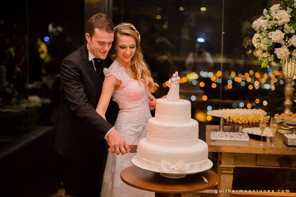Fotografia de Casamento Luana e Alysson noivos cortando bolo de casamento