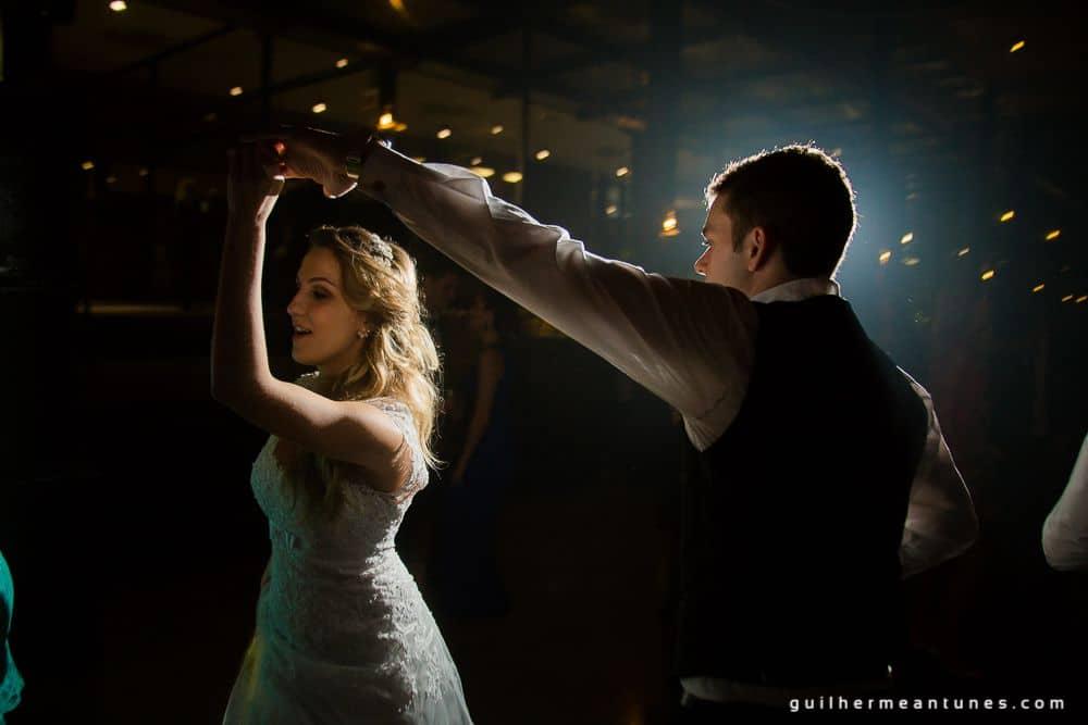 Fotografia de Casamento Luana e Alysson noivos na pista de dança de costas