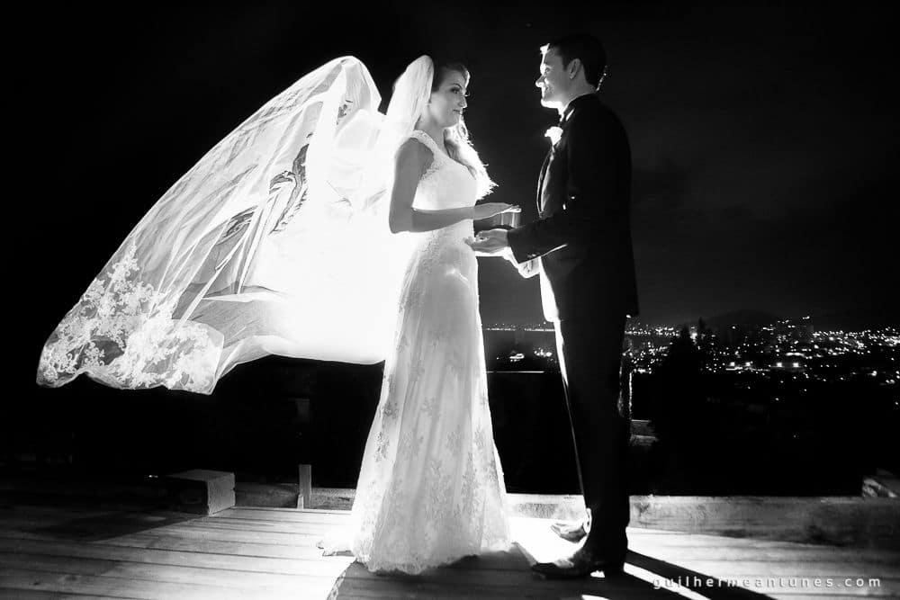 Fotografia de Casamento Luana e Alysson noivos trocando olhares no deck do restaurante