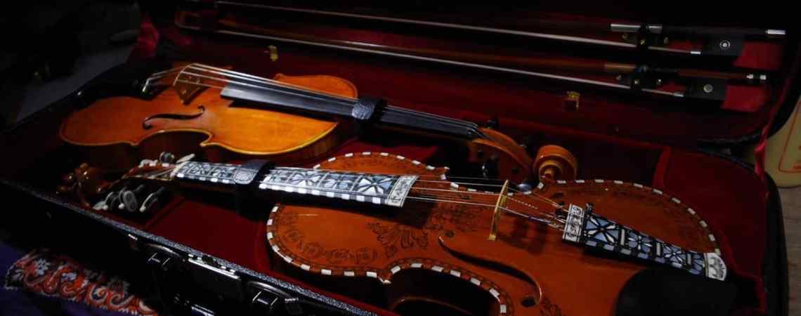 Voici un hardingfele, un instrument scandinave sur lequel la nacre est omniprésente.