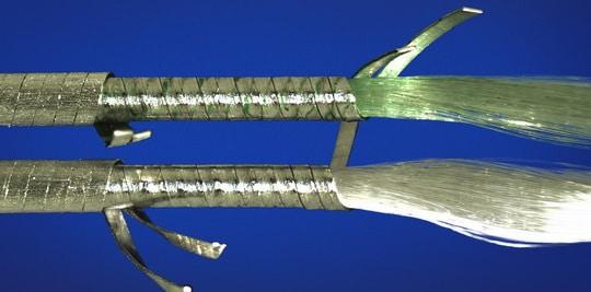 Le solvant pénètre en profondeur à l'intérieur des cordes et imbibe les fibres.
