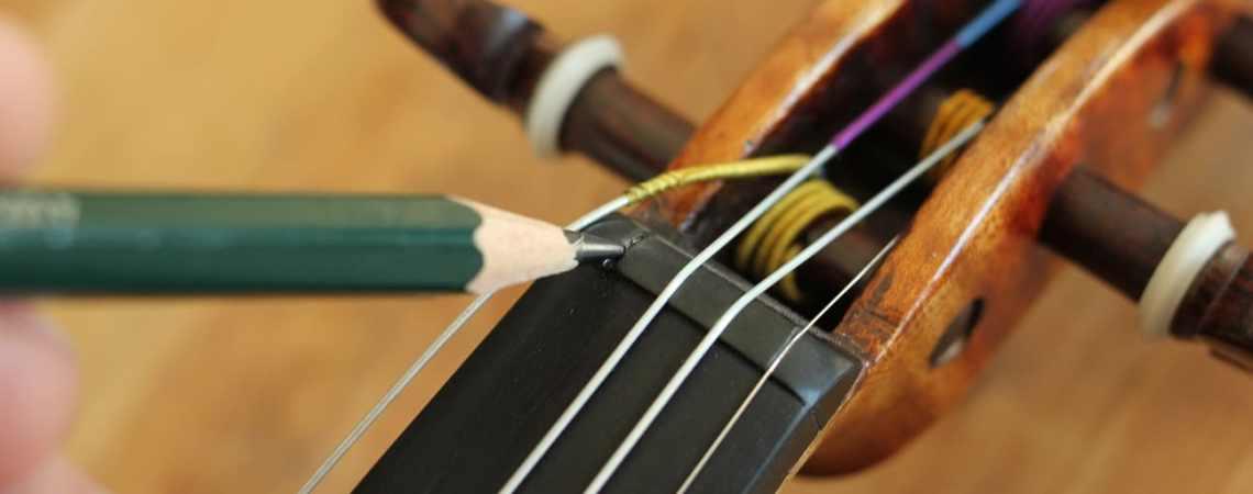 changer les cordes de son violon et en profiter pour lubrifier les passages de cordes