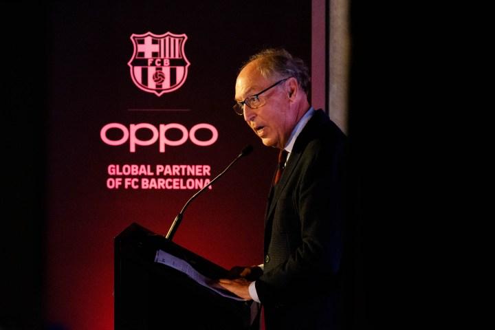 Josep Pont, responsable de l´àrea comercial del FCB, en la renovació d'acord entre Oppo i el Futbol Club Barcelona