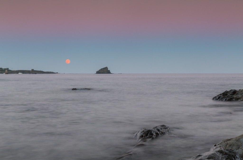 Fotografiando la luna llena desde Cadaqués