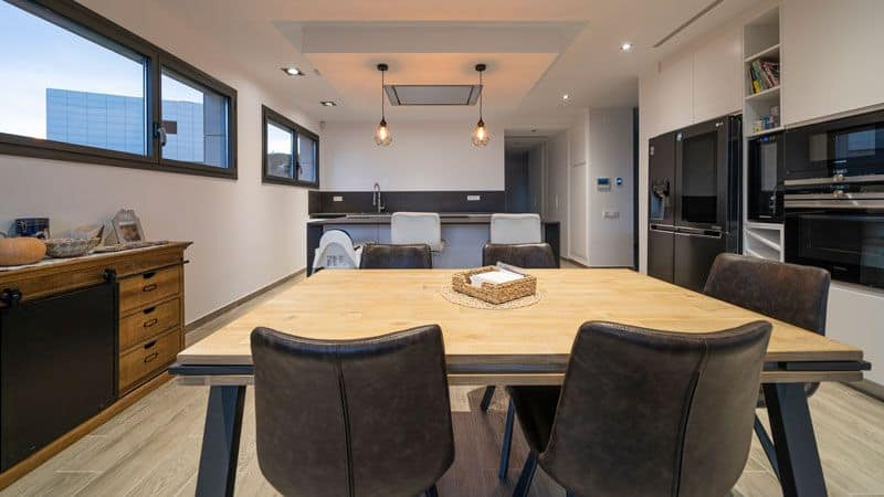 Cocina abierta con comedor de día en vivienda nueva moderna