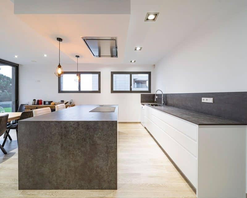 Cocina abierta en vivienda nueva moderna