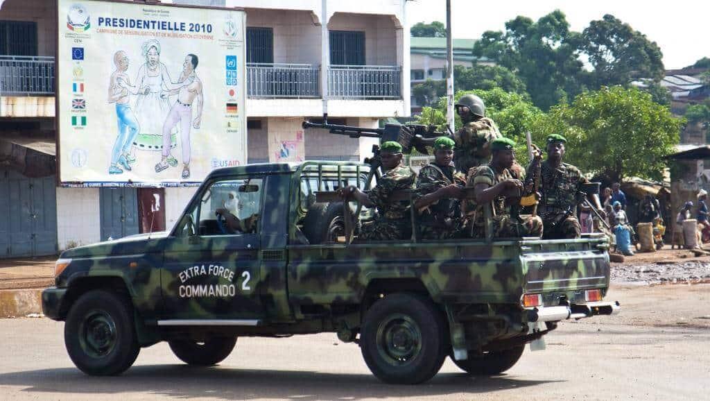 Des militaires guinéens patrouillent dans les rues de la banlieue de Conakry, le 18 novembre 2010 (photo d'illustration). © REUTERS/Joe Penney