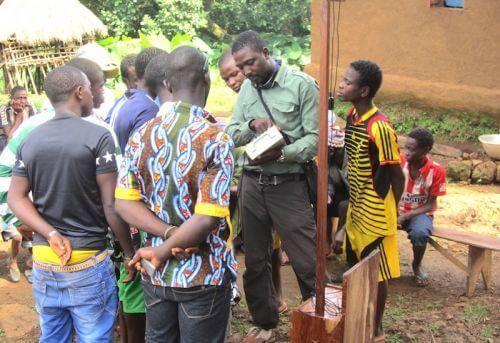 Guinée : la société minière AMR distribue des panneaux solaires dans cinq villages de la préfecture de Boké