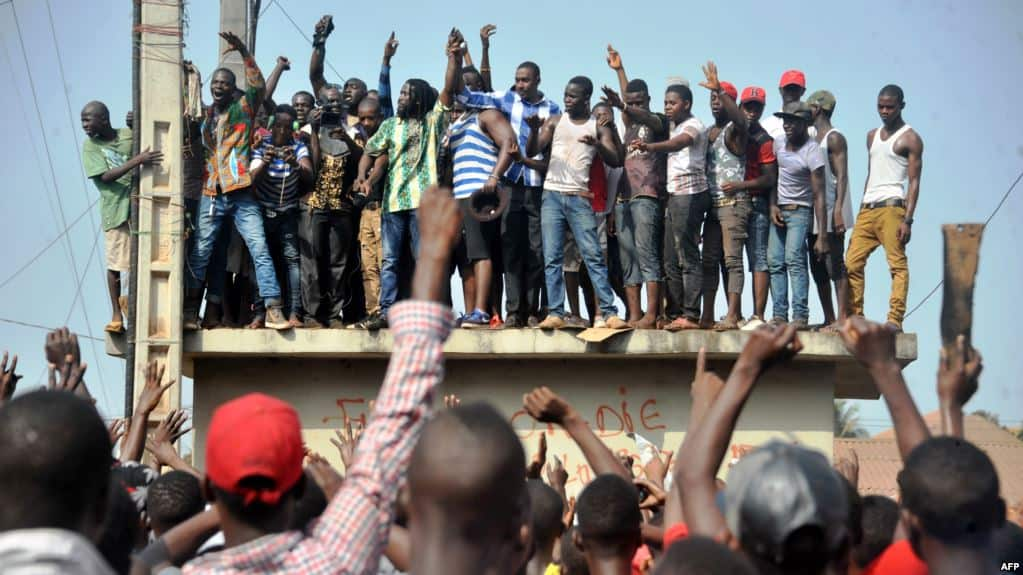 Des Guinéens protestent dans les rues après des manifestations meurtrières pour la grève des professeurs, à Conakry, le 21 février 2017.