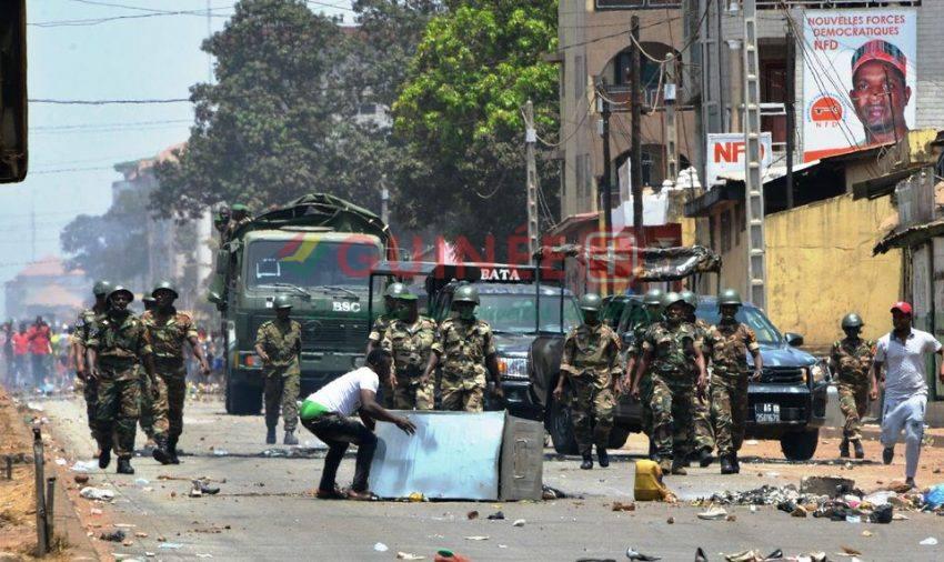 Des manifestants face à l'armée dans les rues de Conakry le 22 mars 2020 lors d'un référendum constitutionnel dans le pays. Photo Cellou Binani. AFP