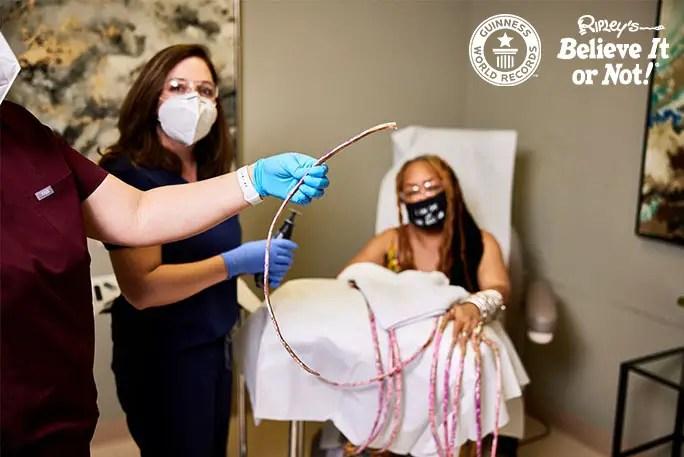 Ayanna Williams me dermatologe dhe prerja e parë e thonjve