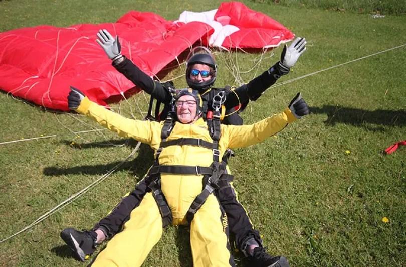 Oldest tandem parachute jump landing tcm25 484153 - Homem mais velho do mundo a pular de paraquedas