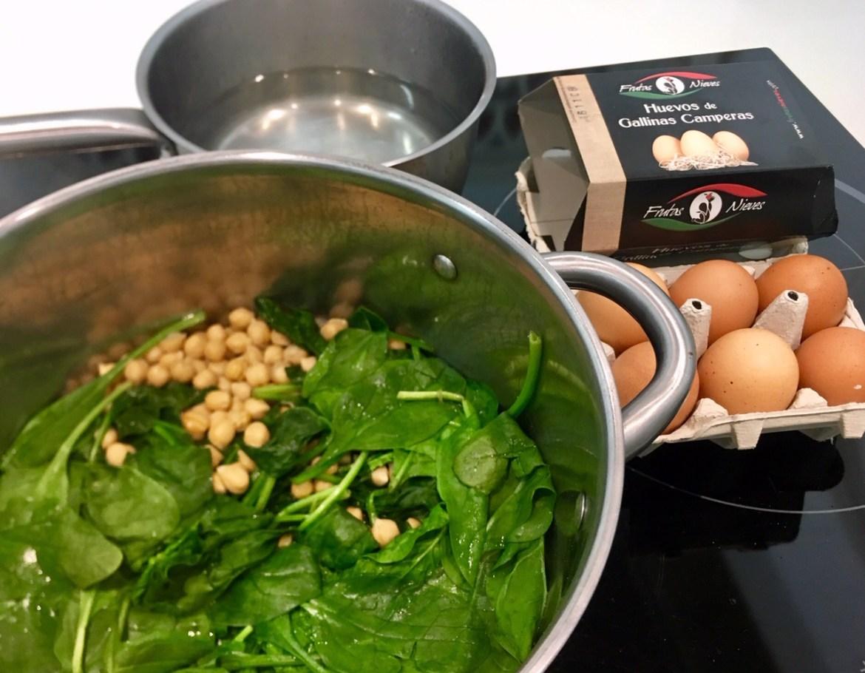 potaje de garbanzos y espinacas frescas