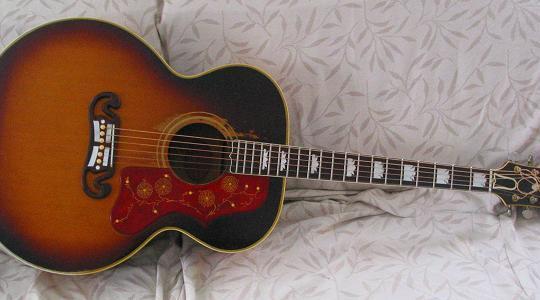 "Gibson SJ-200 ""Super Jumbo"", chitarra acustica dal suono corposo"