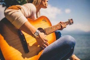 ragazza con chitarra acustica
