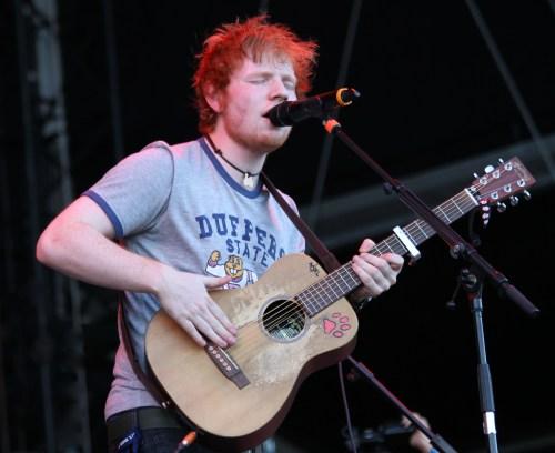 Ed Sheeran con chitarra acustica