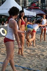 Femme qui joue au beach volley