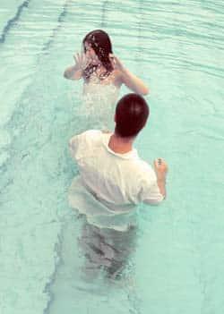 Couple prend un bain de minuit