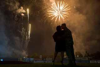 Couple qui s'embrasse sous un feu d'artifice