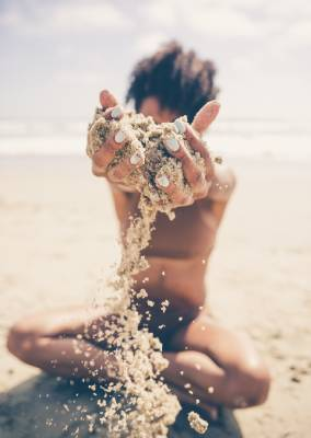 Une femme sur une plage naturiste