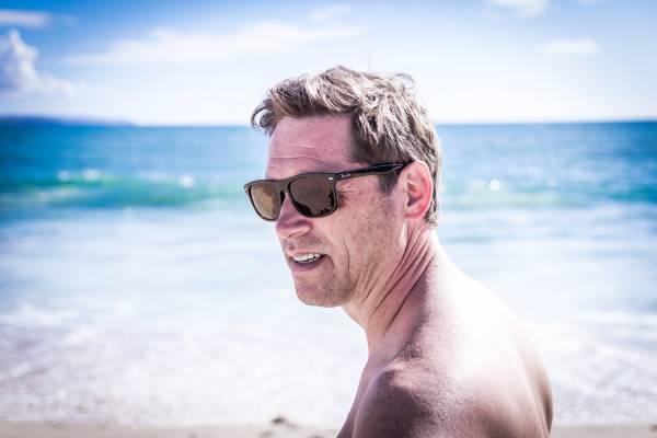 Un homme de plus de 50 ans sur une plage