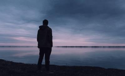 Un homme triste et en deuil