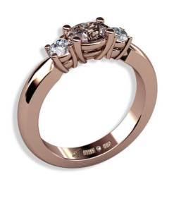 3 stensring i roséguld med oval diamant och briljantslipade diamanter