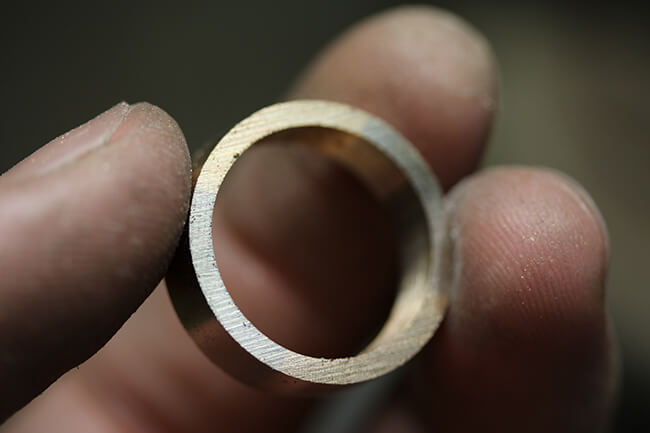 handsmidd bred 2 färgad guldring