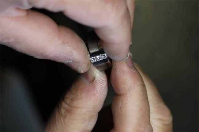 inpassning av diamanter i ring
