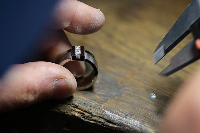 lösa diamanter passas in i vitguldsring