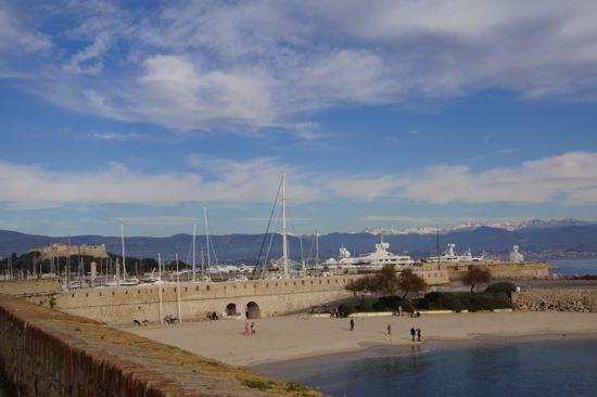 Stranden og havnen i Antibes i Frankrig