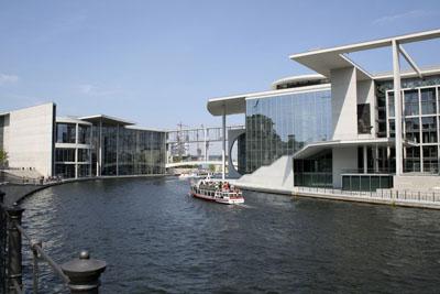 Spreebogen Berlin am Reichstag. Links das Paul-Löbe-Haus, rechts das Marie-Elisabeth-Lüders-Haus mit Sitzungssälen und Abgeordnetenbüros des Deutschen Bundestages.