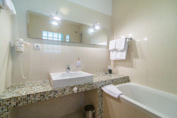 Bathroom with bathtub in bedroom 1